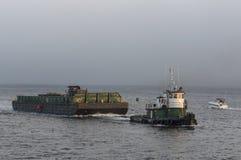 Bogserbåt som blir framåt av vråkfjärddimma Royaltyfri Foto