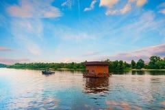 Bogserbåt som bogserar huset vid floden, Dnieper, Kiev, Ukraina royaltyfria foton