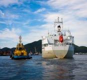 Bogserbåt som vägleder ett skepp royaltyfri bild