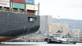Bogserbåt Z-FIVE på aktern av lastfartyget HANJIN FÖRENADE KUNGARIKET Royaltyfria Bilder