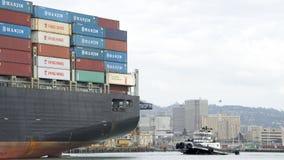 Bogserbåt Z-FIVE på aktern av lastfartyget HANJIN FÖRENADE KUNGARIKET Arkivfoto