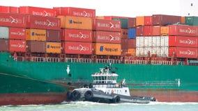 Bogserbåt Z-FOUR av portsidan av lastfartyget SEASPAN HAMBURG royaltyfria foton