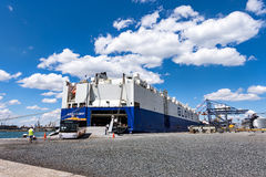 Bogserbåtar knuffar lastfartyget GLOVIS på port av Burgas Arkivbilder