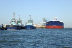 Bogserbåtar och tankfartyg Arkivfoto