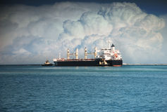 Bogserbåtar skjuter det stora skeppet till havet Arkivbilder
