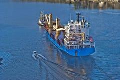Bogserbåten herbert bogserar bbc Europa ut ur fjorden Fotografering för Bildbyråer