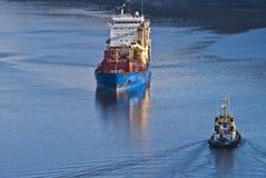 Bogserbåten herbert möter bbc Europa i fjordbilden 19 Royaltyfri Bild
