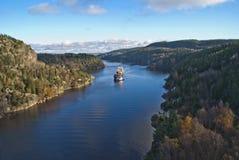 Bogserbåten möter bbc Europa i fjordbilden 26 Royaltyfri Foto