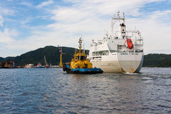 Bogserbåten och skeppet royaltyfria bilder