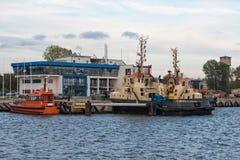 Bogserbåten på portkanalen Royaltyfria Bilder