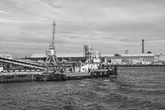 Bogserbåten på portkanalen Royaltyfri Foto