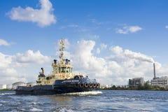 Bogserbåten Svitzer Muiden har avslutat hans jobb Royaltyfria Bilder