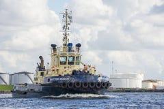 Bogserbåten Svitzer Muiden seglar till bryggan Arkivfoton