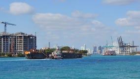 Bogserbåtfartyg och en pråm stock video