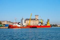 Bogserbåtfartyg och pråm Royaltyfri Foto