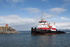 Bogserbåtfartyg som skriver in hamnen royaltyfria bilder