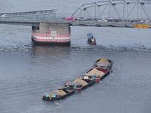 Bogserbåtfartyget passerade under bron Arkivbild