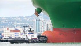 BogserbåtREVOLUTION på pilbågen av VINTERN för lastfartyg CSCL royaltyfri bild