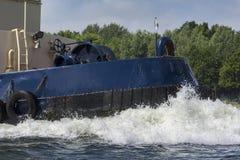 Bogserbåtsegling på floden Arkivbilder