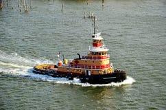 Bogserbåtsegling som ska hjälpas med att förtöja av lastskytteln, New York fjärd royaltyfri fotografi