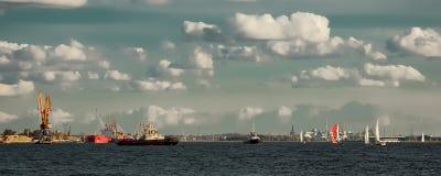 Bogserbåtskepp och segelbåtar royaltyfri fotografi