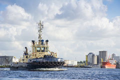 BogserbåtSvitzer Muiden segling i port Royaltyfri Foto