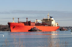 Bogserbåtar som vägleder oljetankerskeppet Arkivfoton
