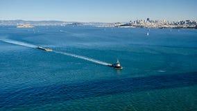 Bogserbåtfartyget bogserar en pråm i Sanen Francisco Bay Royaltyfria Foton