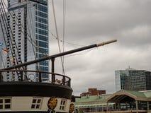 Bogspröt av ett historiskt klassiskt fregattskepp i ett modernt turist- område fotografering för bildbyråer