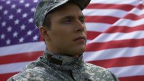 Bohater narodowy na flaga amerykańskiej tle, duma kraj, honor, poświęcenie zbiory