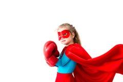 Bohatera dzieciak jest ubranym bokserskie rękawiczki Odizolowywać na białym tle fotografia royalty free