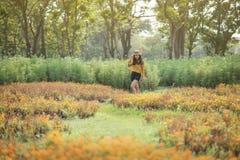 Boheems Aziatisch tan meisje in de zomertuin Stock Afbeelding