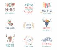 Bohem, stam- etnisk symbolsuppsättning med fjädern, fågel och krans vektor illustrationer
