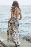 Bohemio en la prolongación del andén de la playa Imagen de archivo
