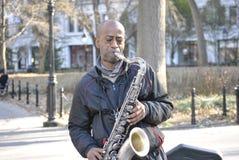 Bohemisk saxofonspelare i den greenwich byn arkivfoto