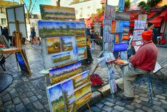 Bohemiska målare som arbetar i Paris i det Montmartre området arkivfoto