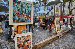 Bohemiska målare som arbetar i Paris i det Montmartre området arkivbilder