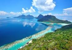 Bohey Dulang热带海岛鸟瞰图在Siapdan海岛附近的 库存图片
