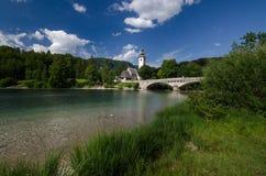 Bohinj湖银行有圣约翰教会的湖边的, Bohinj,斯洛文尼亚,欧洲浸礼会教友 免版税库存照片