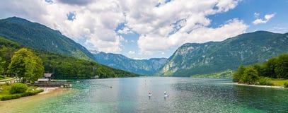 Bohinj sjö, Slovenien Landskap av sjön med blått vatten och berg i bakgrund Slovenska fjällängar och triglavberg summa royaltyfri foto