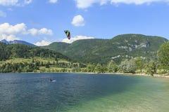 Bohinj Slovenia, Czerwiec, - 4, 2017: Turystyczny paragliding na jeziornym Bohinj sławny miejsce przeznaczenia nie daleko od jezi Fotografia Royalty Free