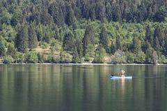 Bohinj, Slovenia - 4 giugno 2017: Il turista su una piccola barca in lago Bohinj, una destinazione famosa non lontano dal lago ha Fotografia Stock Libera da Diritti