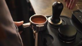 Bohnen Barista Pressing Down Coffee Prozess der Herstellung des frischen Kaffees auf Berufsmaschine 4K, Slowmotion stock video footage