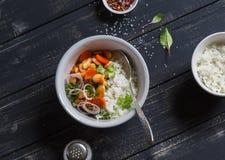 Bohnen in der Tomatensauce und im Reis - ein köstliches vegetarisches Mittagessen Stockfotografie