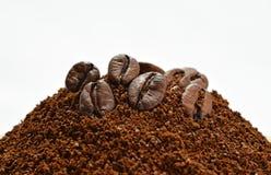 Bohnen des gemahlenen Kaffees und des coffe Stockfotos