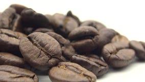 Bohnen des Röstkaffee-4k auf weißem Hintergrund Bestandteil für Kaffee zubereiten stock video footage