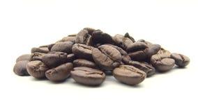 Bohnen des Röstkaffee-4k drehen sich auf schwarzen Hintergrund Bestandteil für Kaffee stock video