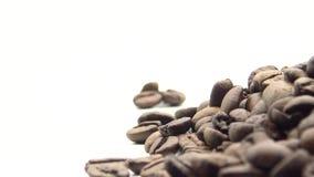 Bohnen des Röstkaffee-4k drehen sich auf schwarzen Hintergrund Bestandteil für Kaffee stock video footage
