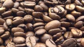 Bohnen des Röstkaffee-4k drehen sich Frischebestandteil für guten Kaffee zubereiten stock video