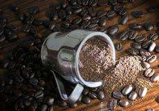 Bohnen des vollständigen und gemahlenen Kaffees stockfotos